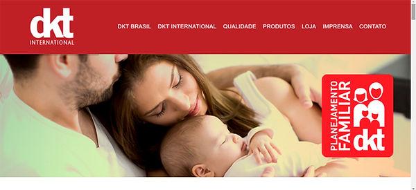 Print do site DKT, imagem de um casal hetero, branco com um bebe nos braços