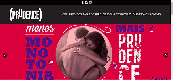 Print site, imagem colorida com a foto de uma mulher e um homem abraçados, letras em branco, roxo