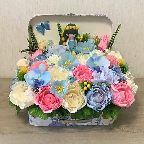 коробка цветов с конфетами внутри