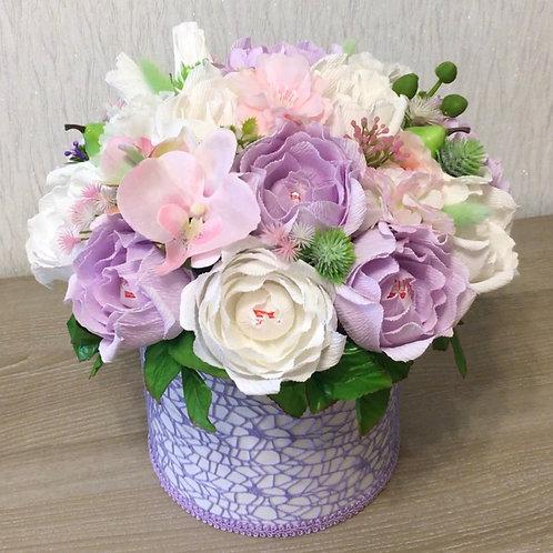 цветы с конфетами в шляпной коробке