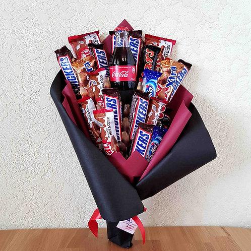 Букет из шоколадных батончиков и колы