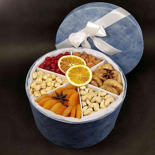 подарочная коробка с орехами и сухофруктами