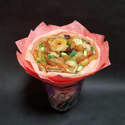 букет из сухофруктов с цветком из манго