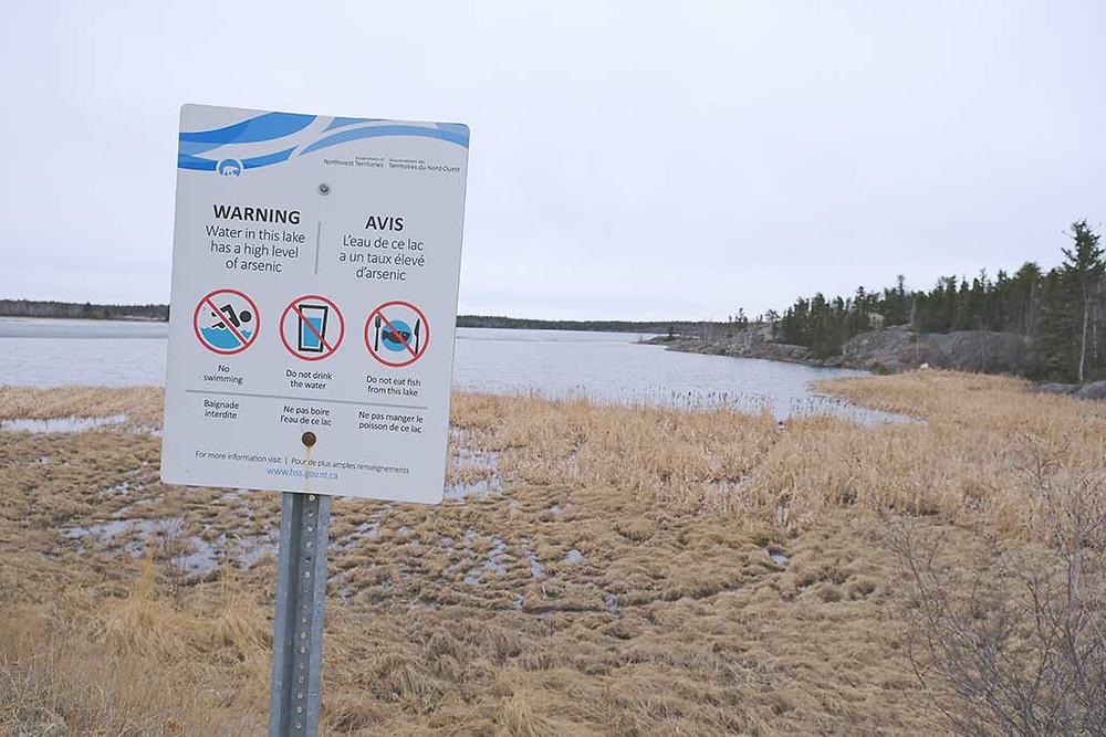 Il est déconseillé de boire, de se baigner ou de pêcher dans plusieurs lacs autour de Yellowknife à cause de la concentration élevée en arsenic qu'on y retrouve.  (Crédit: Marie-Soleil Desautels)