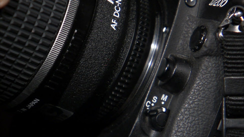 back-of-lens-being-mounted-on-camera_bjo