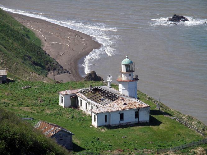 Zhonkier Lighthouse   Башня в плане имеет размер 5,0 х 5,0 м. Внутри башни цилиндрическое помещение диаметром 3,20 м, в котором установлена железная винтовая лестница. Выход из башни в фонарное помещение предусмотрен через люк. В башне один дверной и один оконный круглый проёмы. Верхняя 8-угольная площадка башни, поддерживаемая карнизом, имеет размер в плане 6,20 х 6,20 м. 12- угольное ограждение площадки имеет размер в плане 5,0 х 5,0 м. Башня была окрашена, как и теперь, в белый цвет.             Фонарное сооружение, изготовленное фирмой – производителем осветительного аппарата с учётом особенностей этого аппарата, сделано из меди и бронзы, имеет диаметр 3,20 м и высоту 5,95 м. Стойки штормового остекления наклонные, поэтому 9 штормовых плоских стёкол высотой 2,23 м имеют трапецеидальную форму.             Осветительный преломляющий аппарат  системы Френеля 2 разряда имел вертящийся белый огонь – проблеск продолжительностью 3 сек через 30 сек. Маяк светил в секторе 142°  между азимутами 209° и 351°. Лампа была керосиново – фитильная, имела 5 светилен – фитилей, установленных концетрическими кругами с диаметрами 25, 45, 65, 85 и 105 мм. Высота пламени поддерживалась 90 мм. Осевая сила света аппарата была 123 000 свечей, дальность видимости огня 22,3 мили – более 41 км.