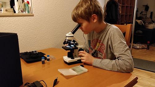 Marcus og mikroskop.jpg