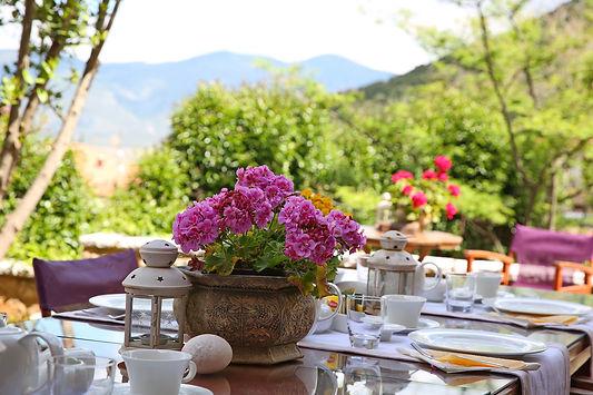 Μοναδικό πρωινό στον κήπο του ξενώνα