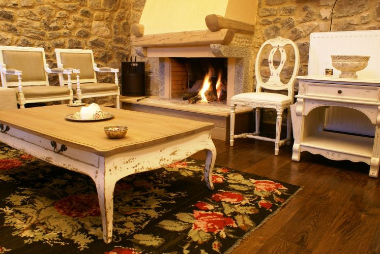Guesthouse coffee table
