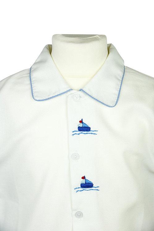 Weißer Pyjama mit Segelbootstickerein