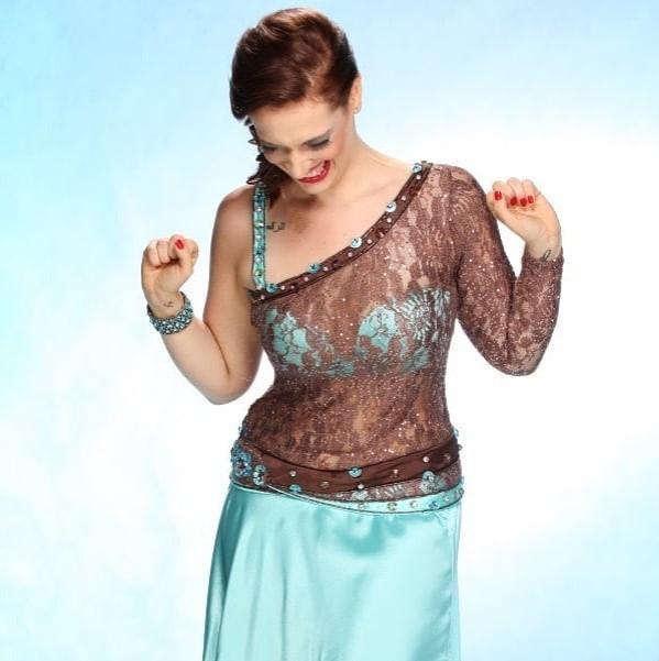 "Bailarina Erica Seccato vestida em Figurino azul ""água""."