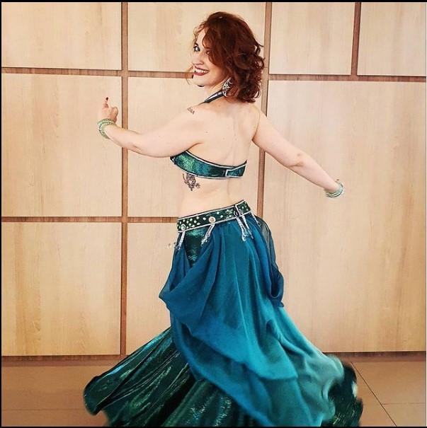 Bailarina Erica Seccato em um figurino azul turquesa