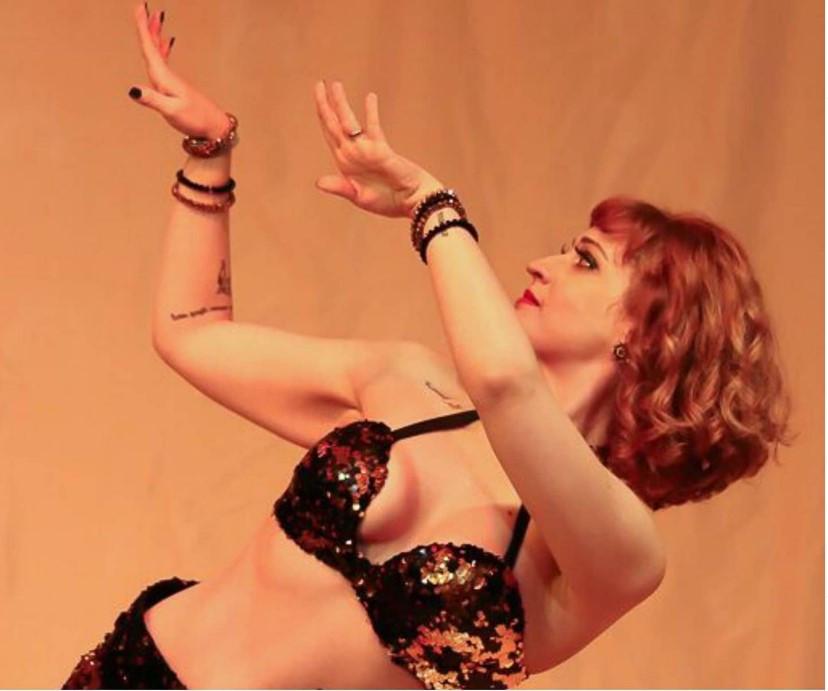 Bailarina Erica Secatto em pose, coreografia para dança do ventre.