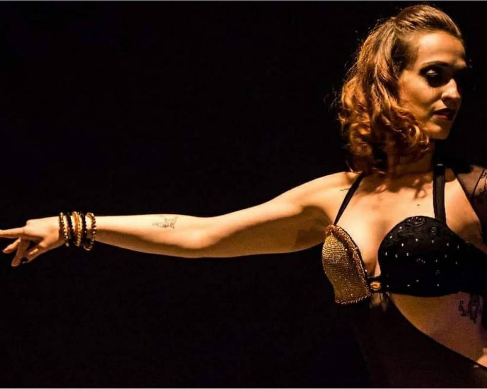Bailarina Erica Seccato em um fundo preto.