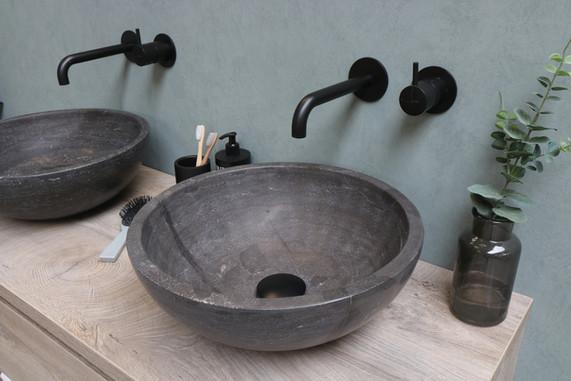 Runde stenbowler - møbel i rå eg