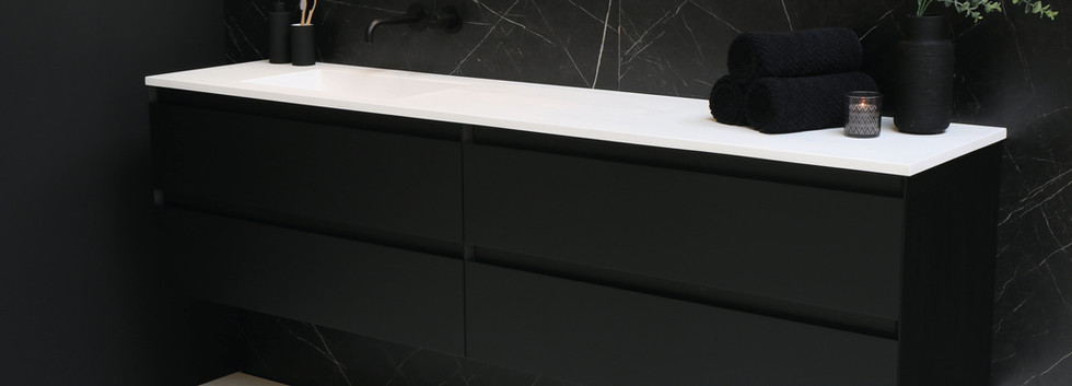 Cargo mat hvid med mat sort møbel