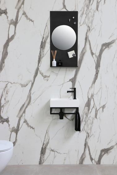 Versus mat hvid - ramme mat sort - spejlhylde med rundt spejl