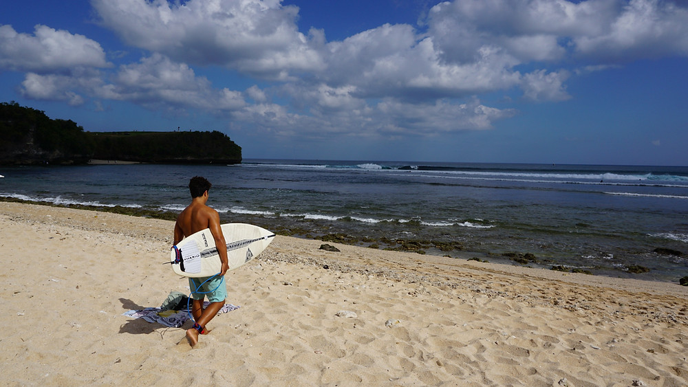 Surfing in Bali with your own surfboard traveling as a digital nomad