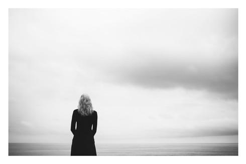 """""""Tournée vers l'horizon, elle fait le bilan de sa vie. En quête de réponses au sens qu'elle souhaite y donner"""""""