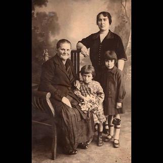 1920s Sofia & Theodora with their parents