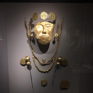 Ölü maskesi ve eşyaları  / Pella Arkeoloji Müzesi
