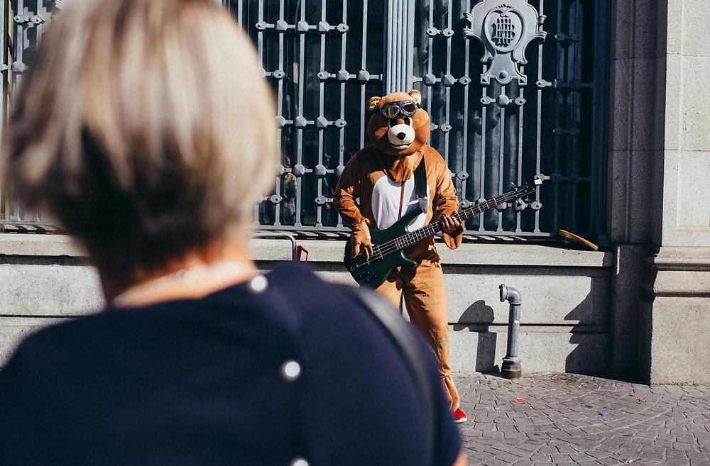 Straßenmusiker im Kostüm