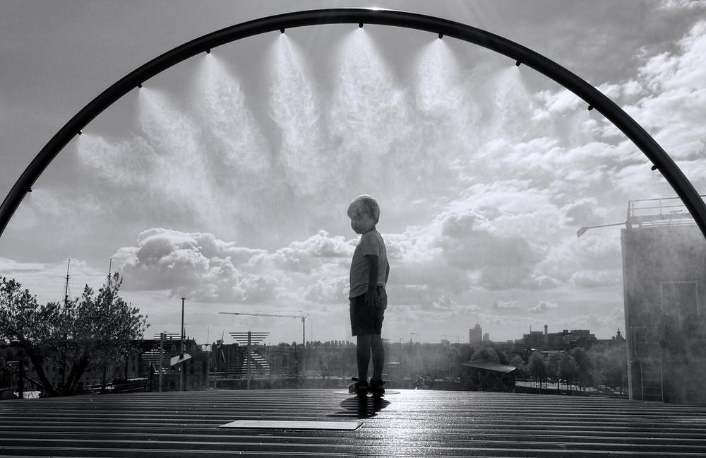 Amsterdam Streetfotografie - Streetphotography Amsterdam - Holland - Christopher Reuter - Fotograf in Köln - Streetfotografie Tips - Welche Kamera für Streetfotografie - Junge im Regen - Ricoh Gr3