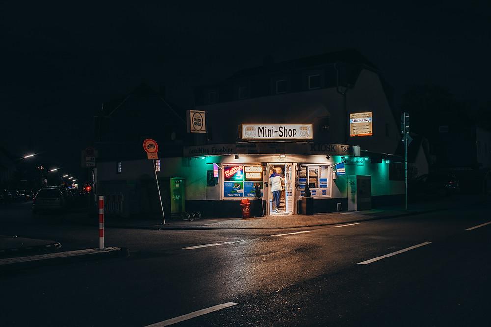 Kiosk in der Nacht - Kiosk in Köln - Mann steht im Kiosk - Streetfotografie Köln - Streetphotography Cologne - Christopher Reuter - Bilder in der Nacht - Streetphotography Germany