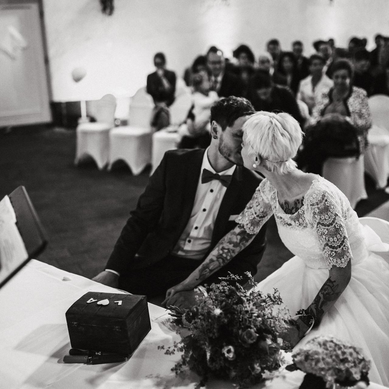 Spaß bei der Hochzeit. Trauung im Landgasthof Scherer im Sauerland. Die Eventscheune bietet den Paaren ein schönes Ambiente zum heiraten.