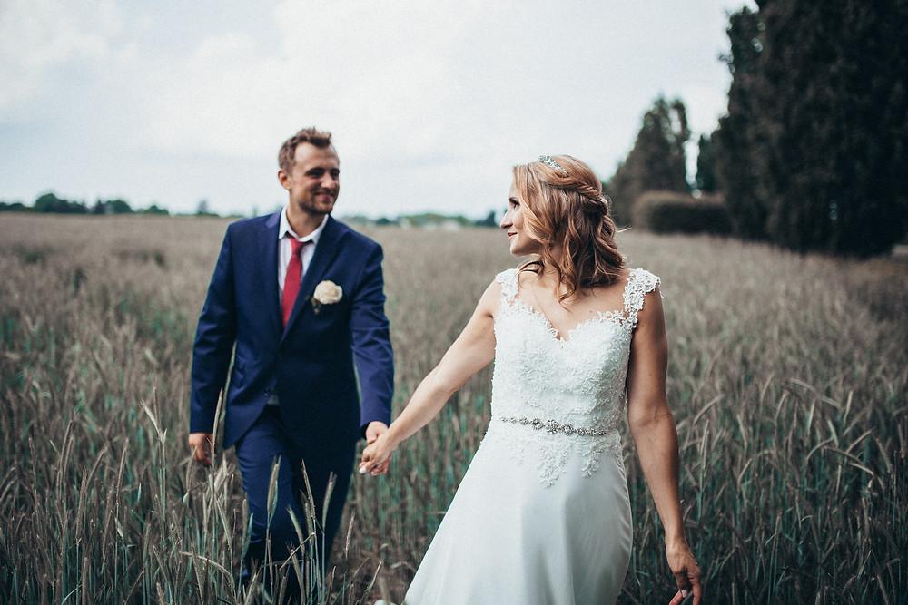 Hochzeitsfotograf in Köln_Brautpaarshooting_Hochzeitsreportage_Gut Dyckhof Meerbusch_Brautstrauß_Pärchenfostos_Hochzeitskleid_Hochzeitsfotograf NRW_Christopher Reuter