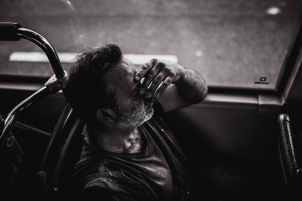 Übermüdeter Arbeiter,Burnout - Streetfotografie, Christopher Reuter