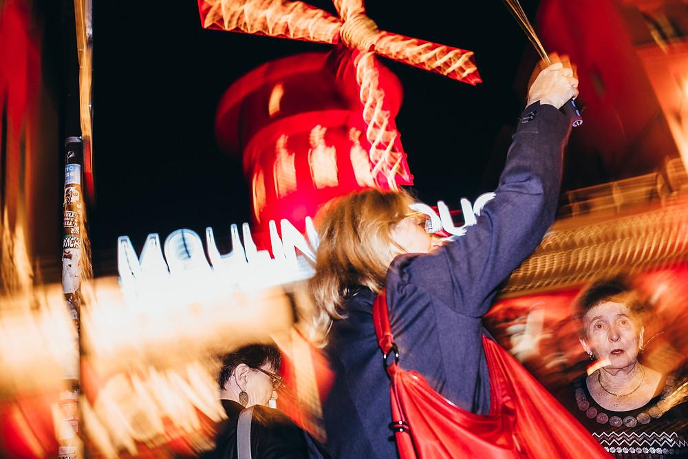 Langzeitbelichtung_Moulin Rouge_Rote Mühle Paris_Moulin Rouge Paris_Streetphotography Paris_Streetfotografie Paris_Tips und Tricks für die Streetfotografie_Streetphotography Cologne_Christopher Reuter_Fotograf aus Köln_Reise nach Paris_Deutscher Blogger_Kameraeinstellungen Streetphotography_Paris_Reich und Arm_Straßenfotografie Tips_Camera Settings_Photographer Cologne_Candid Streetphotography