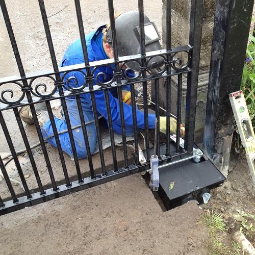 Установка ворот во дворе