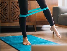 gym-50-ans-5-exercices-avec-un-elastique