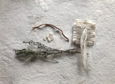 yueni  さんのビーズと繊維を縫い付けた香り袋       ◯  タイムと蓬と月桃の根の香りと共にあの森さんにいただいたムーンストーンの欠片とシルバーリーフを添えて