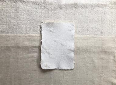 綿と一緒に漉いた紙に包んでお届けします