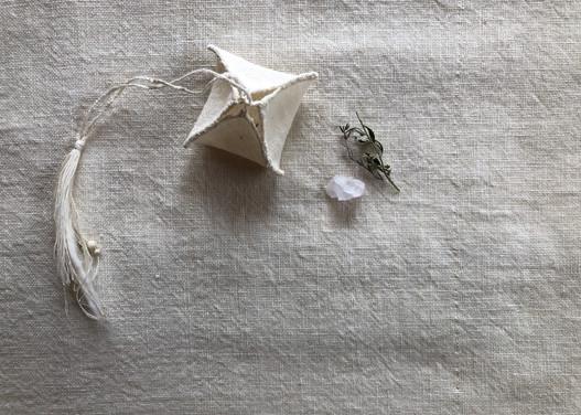 香りとあの森さんにいただいた小さな明礬の結晶を入れた小袋を添えて・・・います