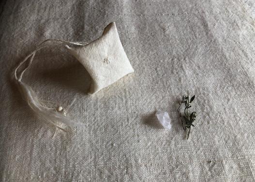 小袋にはyueni さんからいただいたビーズや糸がこっそりいます