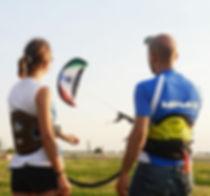 Kitelandbord Kurs auf dem Tempelhofer Feld Berlin mit Kiteflow der Kiteschule für das Kitesurfen, Kitelandboarden und Snowkiten