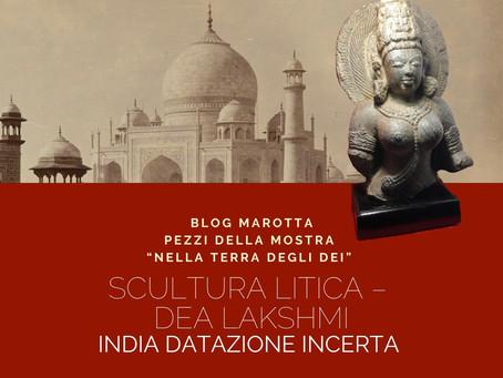 SCULTURA LITICA – DEA LAKSHMI - INDIA – Datazione incerta Misure: L 30 X P 23 X H 63 cm