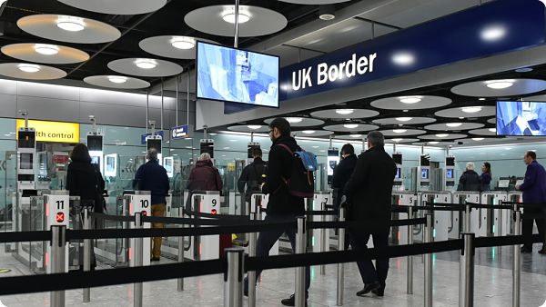 Restrictions de circulation et mise en place de mesures sanitaires aux frontières.