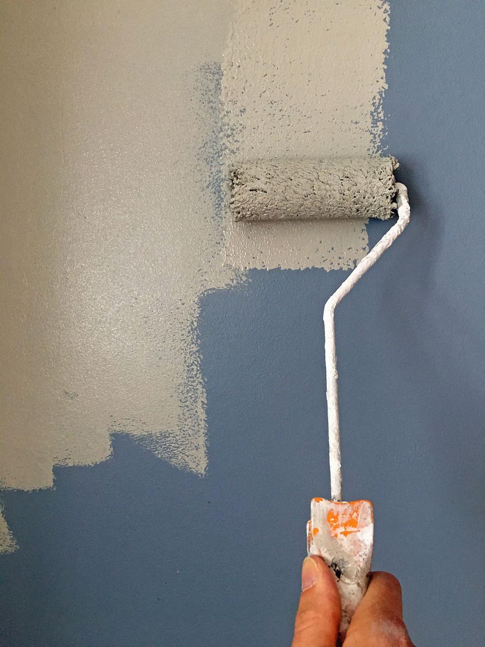 Wand streichen mit Kalkfarbe