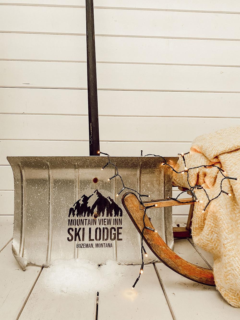 Winterdeko aus Schneeschieber und gonepaintin Schablone