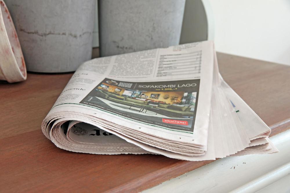 Zeitung gegen Gerüche in alten Möbeln