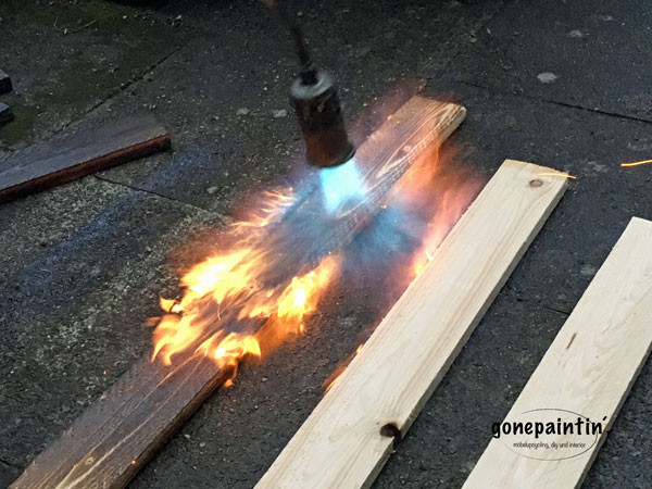 Holz abflammen mit Unkrautvernichter und Gas