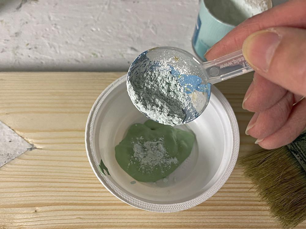 Verwitterte Oberfläche im shabby chic mit Saltwash Strukturpulver
