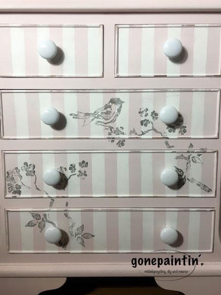 Möbel streichen mit Kreidefarbe und Streifen
