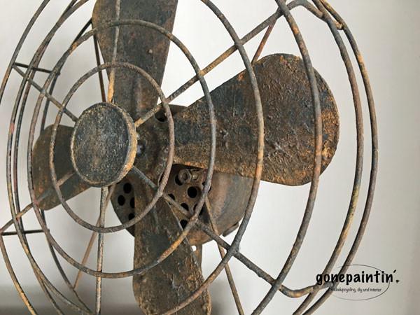 rostiger Ventilator mit Kreidefarbe