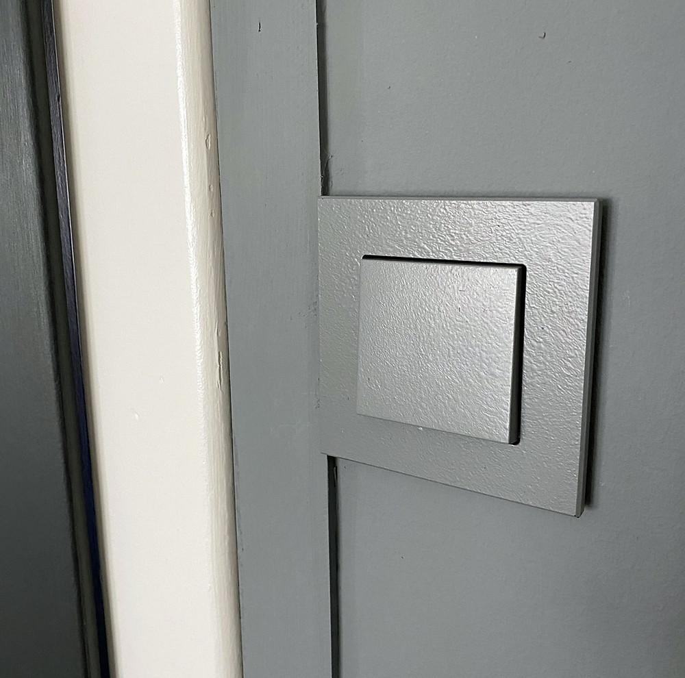 Lichtschalter und Steckdose streichen mit Kreidefarbe