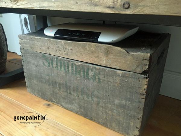 Antike Kiste für Farmhouse Look unter dem TV Regal